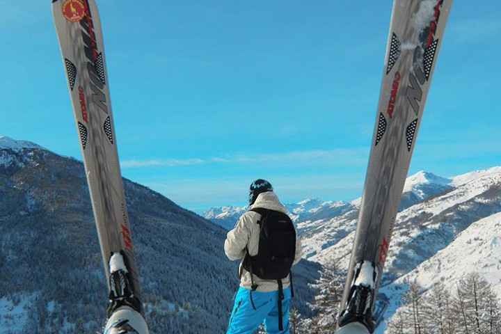 Dans les Alpes, on ski, on chante et on n'oublie pas